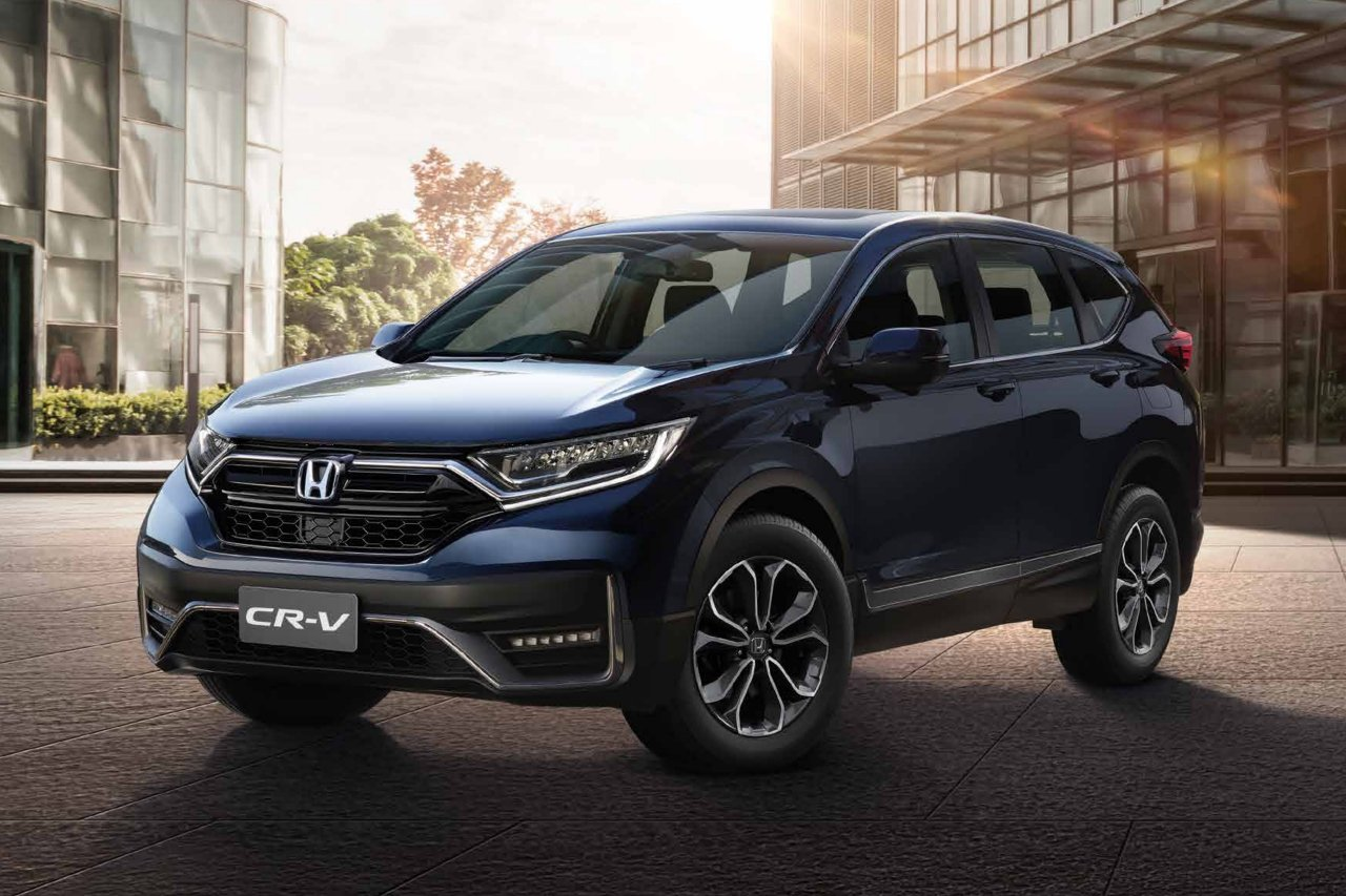 Front three-quarter facing Honda CR-V, city location.